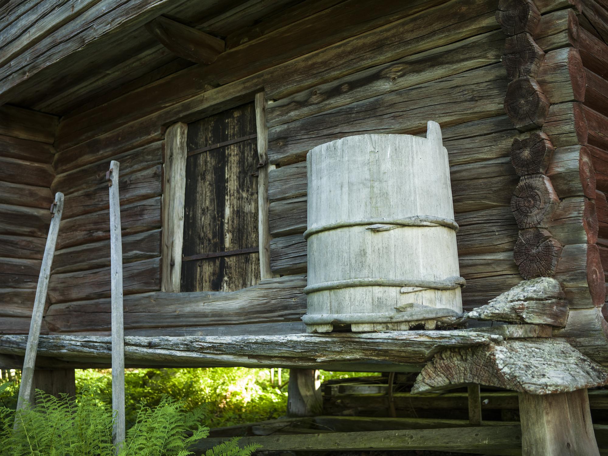 Runt träslottet på Lôkes Hälsingegård