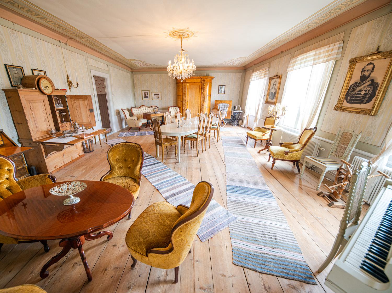 Lôkes Hälsingegård Järvsö med 8 sovrum, tre salonger, tre kök och stora sällskapsutrymmen