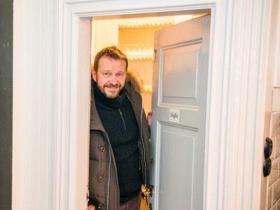 Bengan Jansson hälsar på i sitt skafferi på Lôkes Hälsingegård.