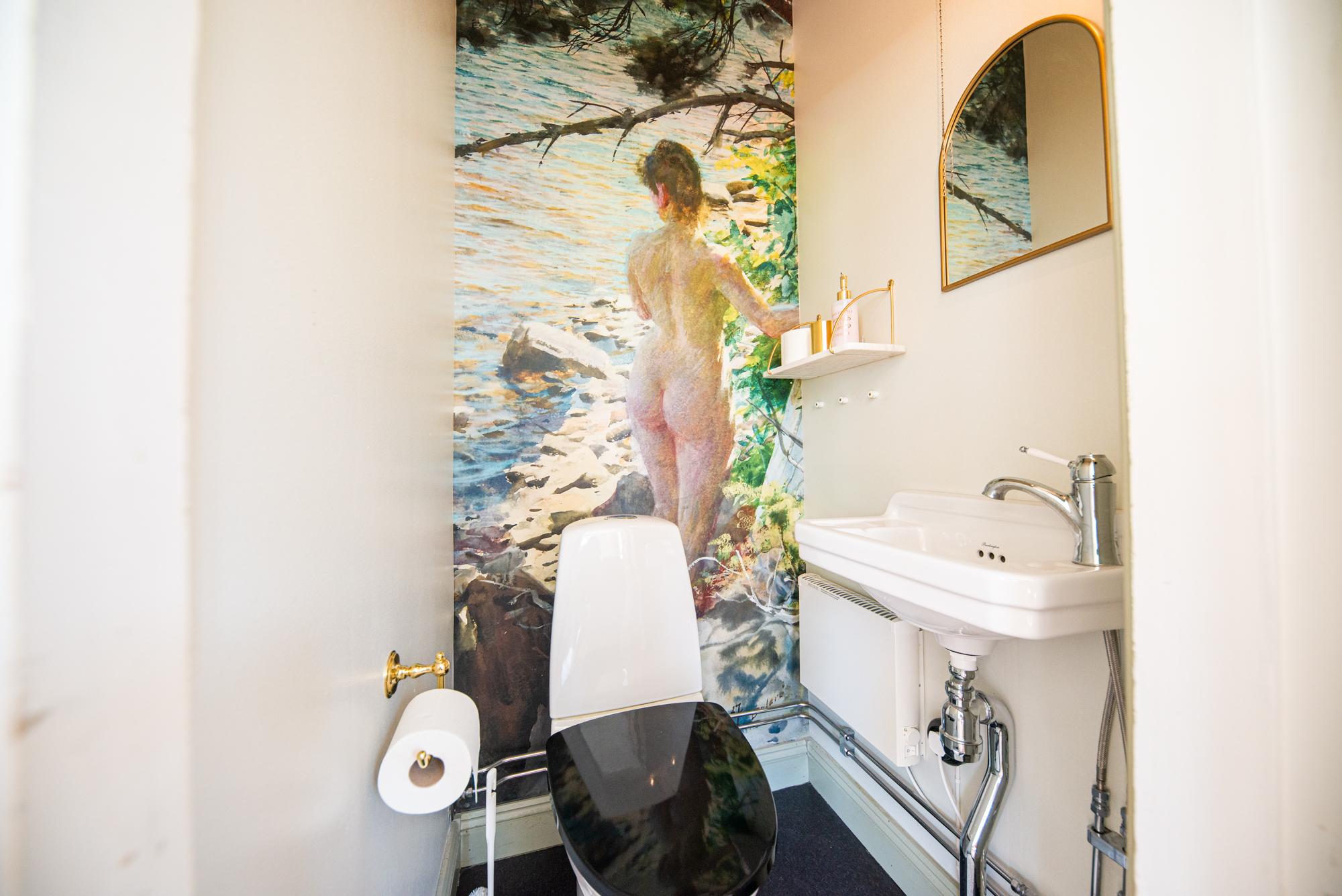 Lôkes 2, Solbackens wc i Familjen Lindströms boning.