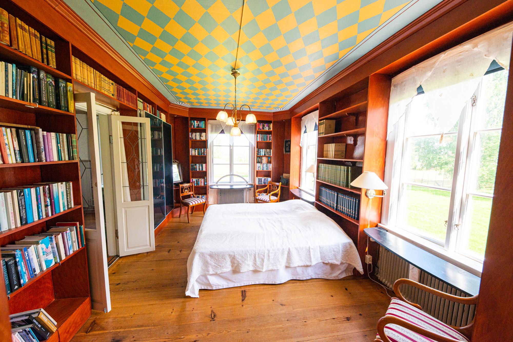 Lôkes 2, Biblioteksrummet i Familjen Lindströms boning.